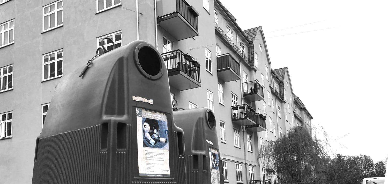 Foto af affaldscontainere foran Tjenestemændenes Byggeforenings ejendom