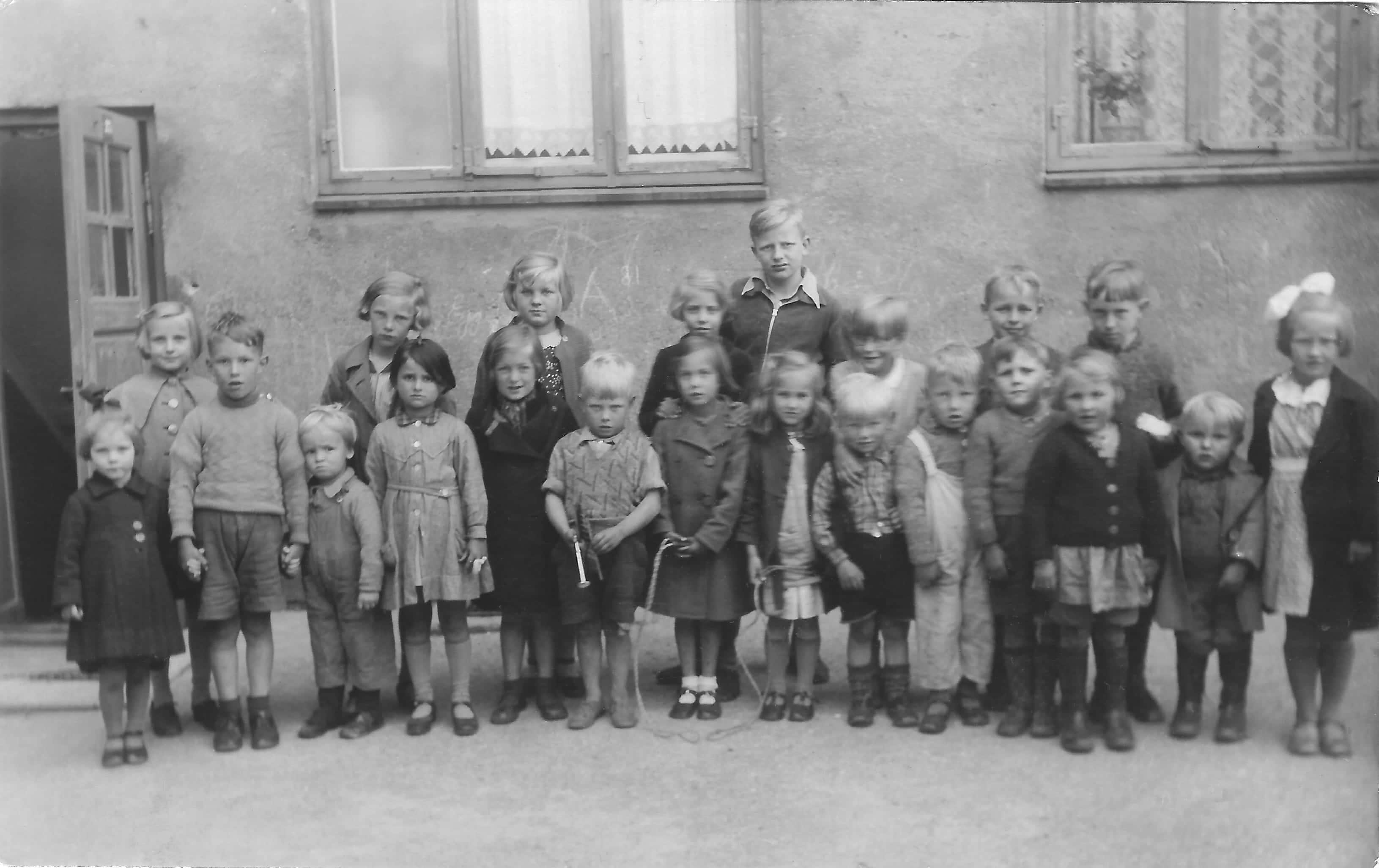 Børn i A/B Tjenestemændenes Byggeforenings gård omkring 1938