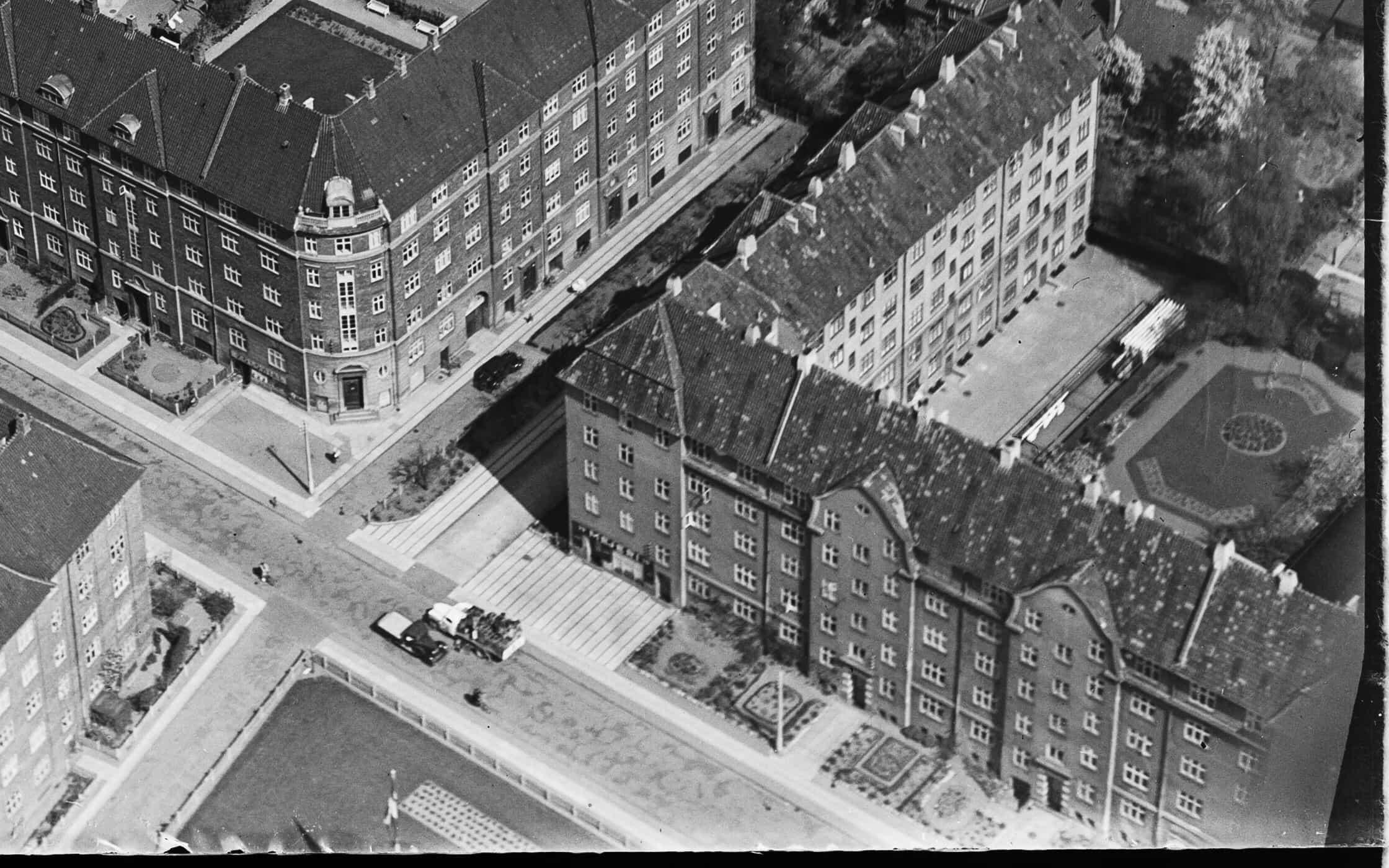 Luftfoto af A/B Tjenestemændenes Byggeforening 1950-1954. Ismejeriet ses på hjørnet ved opgang 29. Ophav: Kgl. Bibliotek, fotograf Svend Andersen.